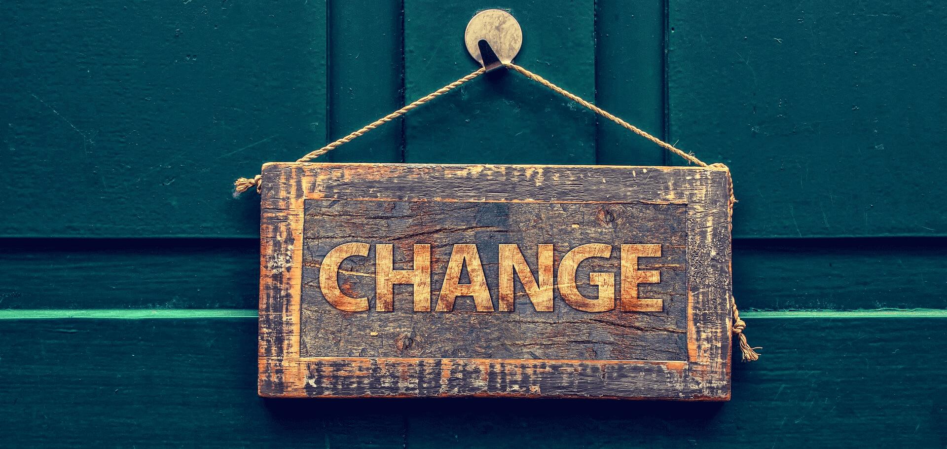 Change feliratú tábla-Orning Anikó, webdesign, logó- és arculattervezés, honlapkészítés, grafikai munkák, plakát tervezése, felhasználóbarát és reszponzív weboldal tervezése, Pécs, kedvezményes ár