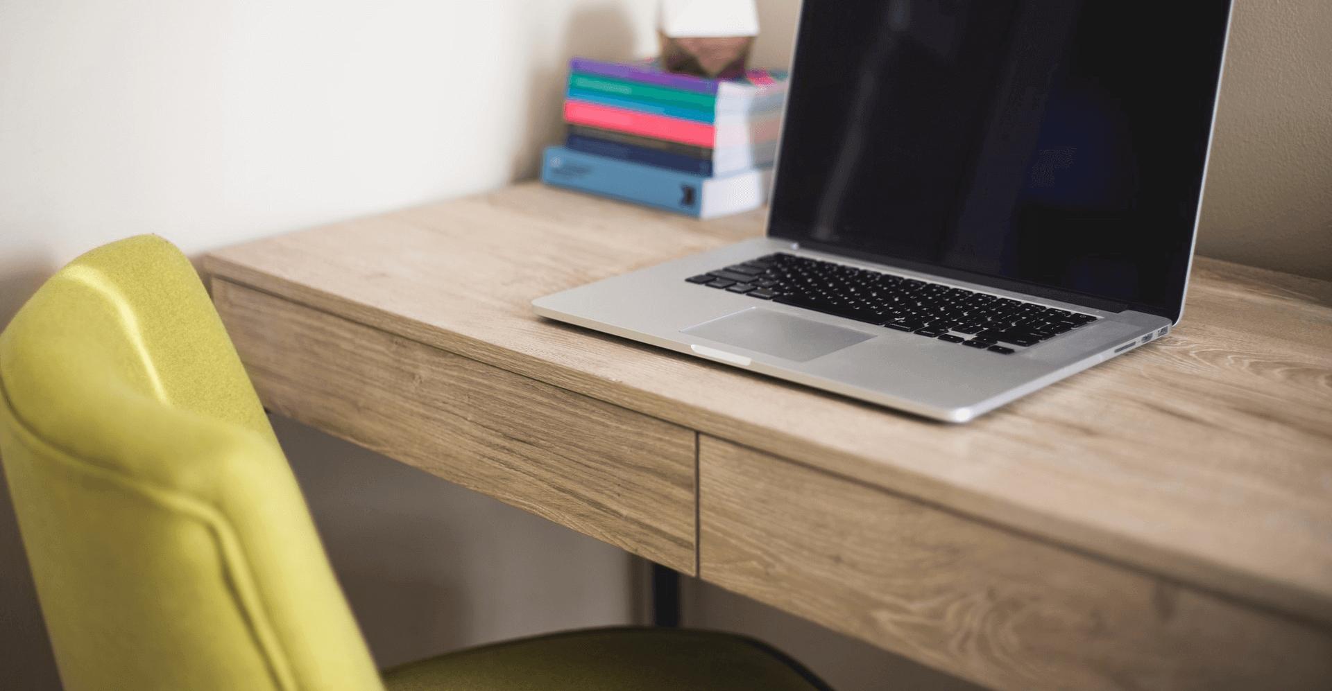 Íróasztal részlet-Orning Anikó, webdesign, logó- és arculattervezés, honlapkészítés, grafikai munkák, plakát tervezése, felhasználóbarát és reszponzív weboldal tervezése, Pécs, kedvezményes ár