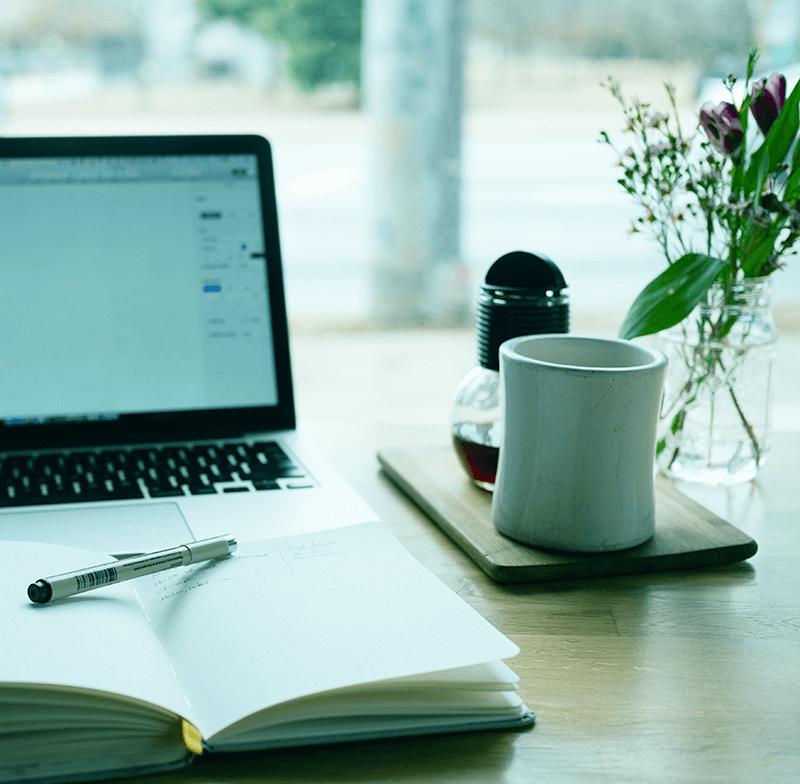 Jegyzetfüzet és laptop az asztalon-Orning Anikó, webdesign, logó- és arculattervezés, honlapkészítés, grafikai munkák, plakát tervezése, felhasználóbarát és reszponzív weboldal tervezése, Pécs, kedvezményes ár