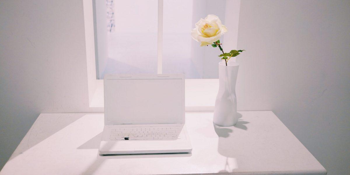 Laptop és virág-Orning Anikó, webdesign, logó- és arculattervezés, honlapkészítés, grafikai munkák, plakát tervezése, felhasználóbarát és reszponzív weboldal tervezése, Pécs, kedvezményes ár