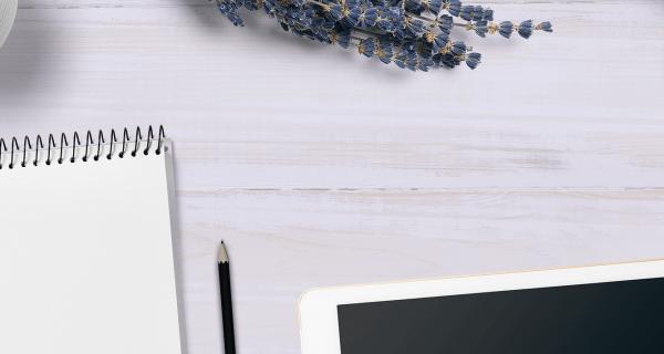 Asztal felülnézetből-Orning Anikó, webdesign, logó- és arculattervezés, honlapkészítés, grafikai munkák, plakát tervezése, felhasználóbarát és reszponzív weboldal tervezése, Pécs, kedvezményes ár